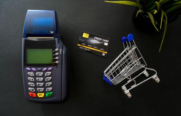 Pagamento com cartão de crédito, comprar e vender produtos e conceito de serviço Foto Premium