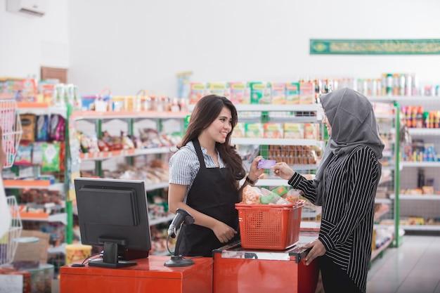 Pagando as contas com cartão de crédito Foto Premium