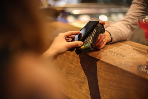 Pagando com um smartphone Foto Premium