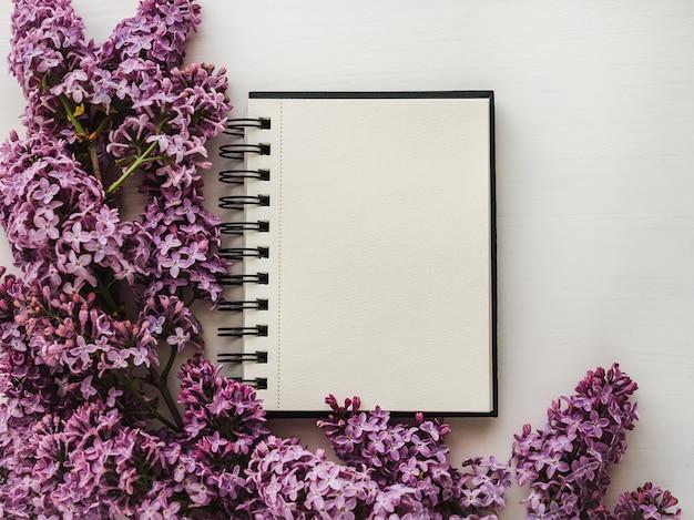 Página em branco para suas inscrições, flores lilás brilhantes Foto Premium