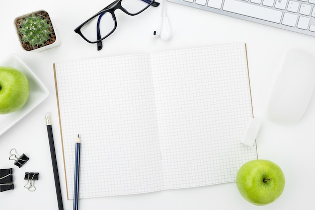 Páginas de notebook com linhas de grade estão no topo da tabela de mesa de escritório whit. vista superior, lay plana. Foto Premium