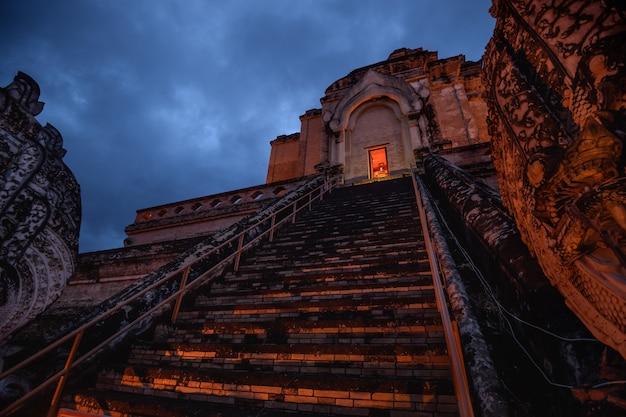 Pagode antigo no templo de wat chedi luang na província de chiang mai, tailândia Foto Premium