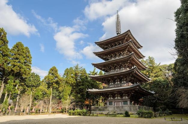 Pagode budista de cinco andares no templo de daigoji em kyoto, japão Foto Premium