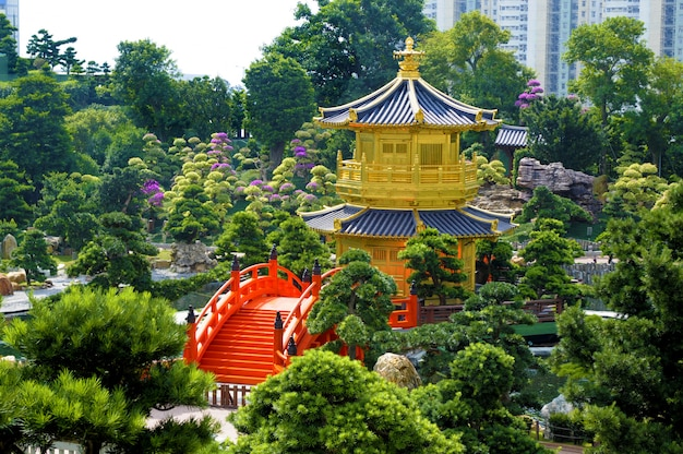 Pagode de ouro e ponte vermelha em jardins de nan lian, cidade de kowloon, hong kong Foto gratuita
