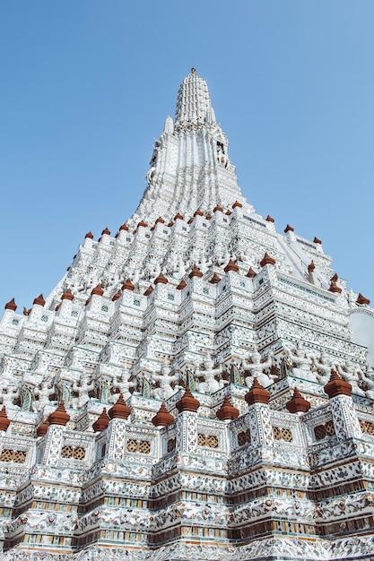 Pagode em wat arun ratchawararam ratchaworamahawihan ou em wat jaeng, banguecoque, tailândia. bonito da cidade histórica no templo de budismo. Foto Premium