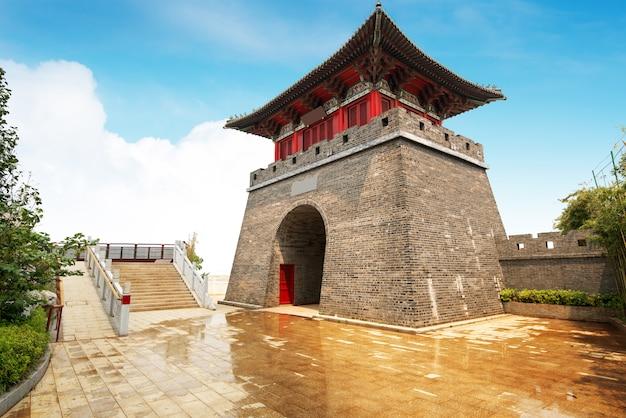 Pagode no grande muralha da china. uma das sete maravilhas do mundo. património mundial da unesco Foto Premium