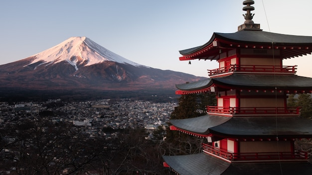 Pagode vermelho de chureito no japão, com o monte fuji atrás Foto gratuita