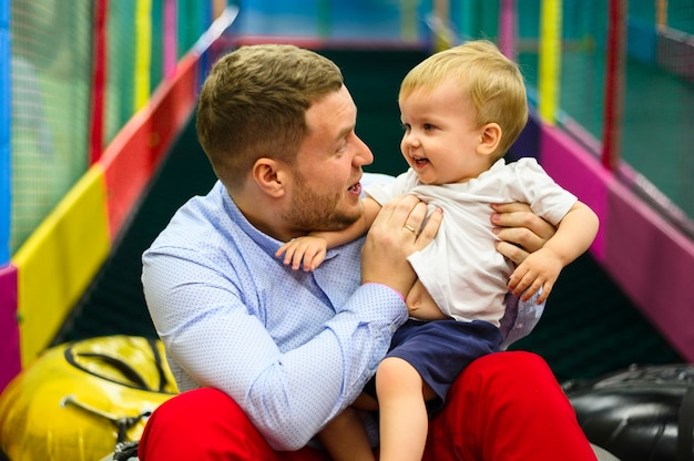 Pai abraçando filho bonito Foto gratuita