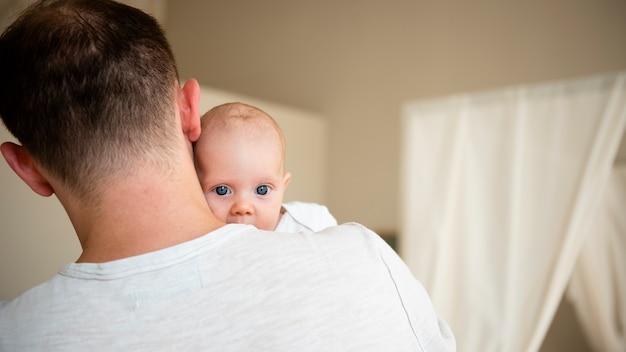 Pai amoroso com recém-nascido close-up Foto gratuita