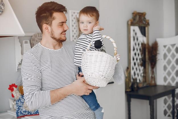 Pai bonito com filho pequeno em uma cozinha Foto gratuita
