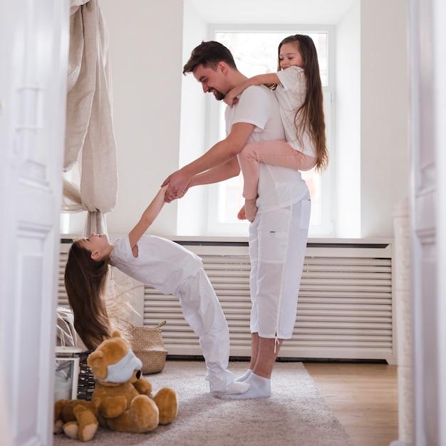 Pai celebra o dia dos pais com filhas Foto gratuita