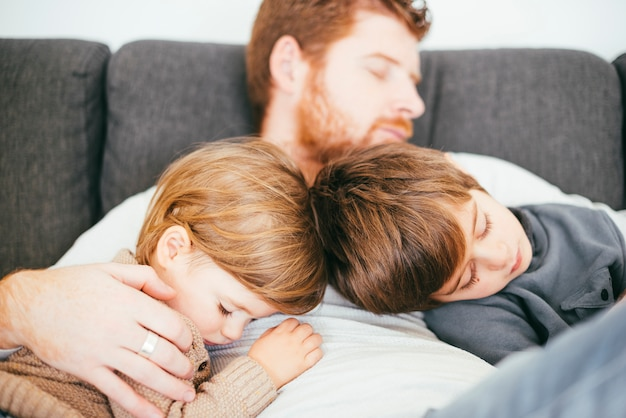 Pai, cochilando, com, cute, filhos, ligado, sofá Foto gratuita