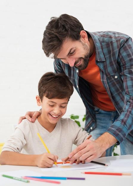 Pai colorir com seu lindo filho Foto gratuita