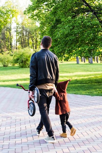 Pai, com, criança, em, natureza Foto gratuita