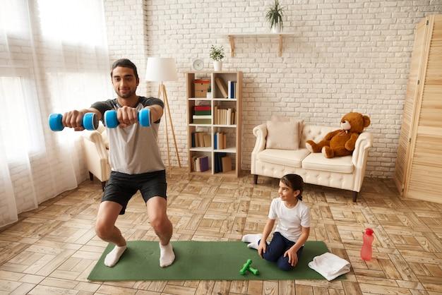 Pai com filha estão mantendo um estilo de vida saudável Foto Premium