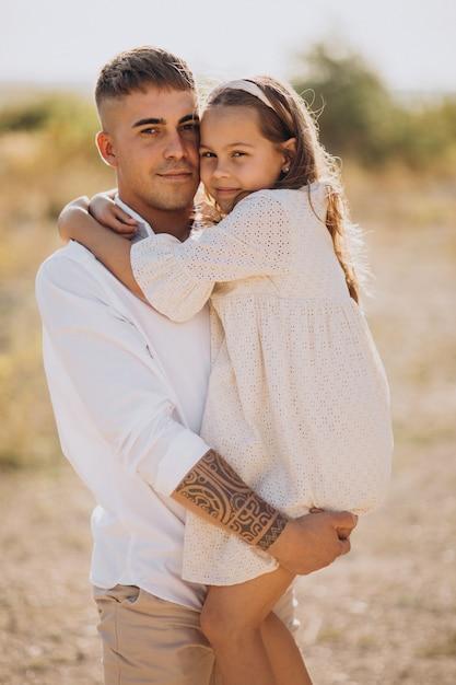 Pai com filha juntos se divertindo Foto gratuita