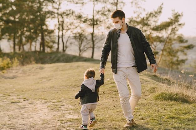 Pai com filho pequeno usando máscaras Foto gratuita