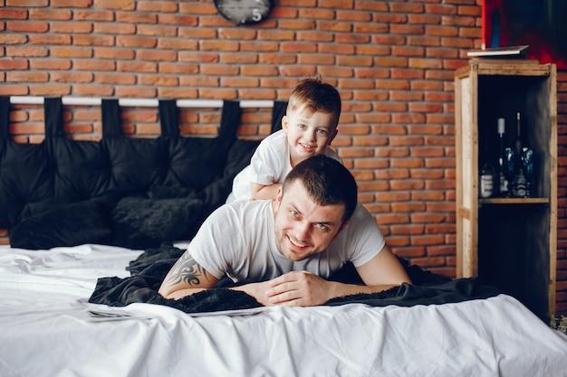 Pai com filho pequeno Foto gratuita