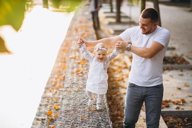 Pai, com, seu, filha caminhando, parque Foto gratuita