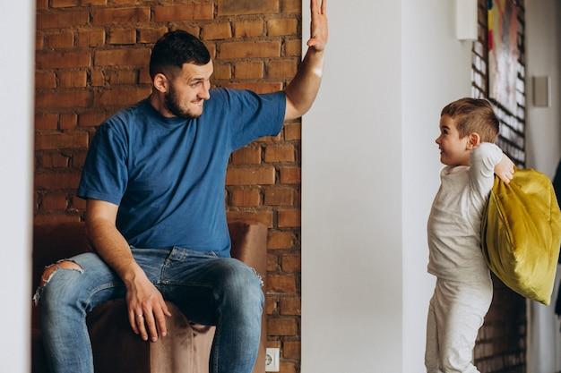 Pai com seu filho em casa juntos Foto gratuita