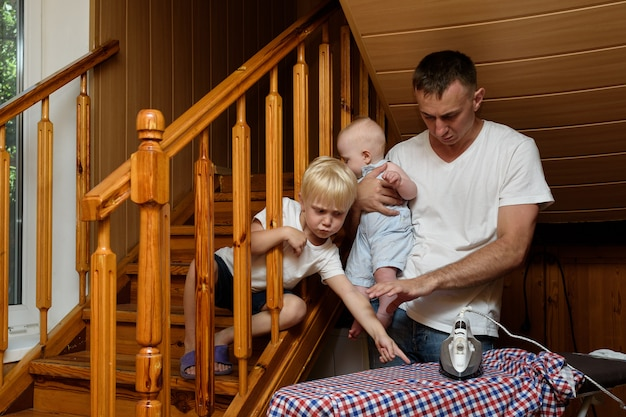 Pai com uma criança pequena nos braços Foto Premium