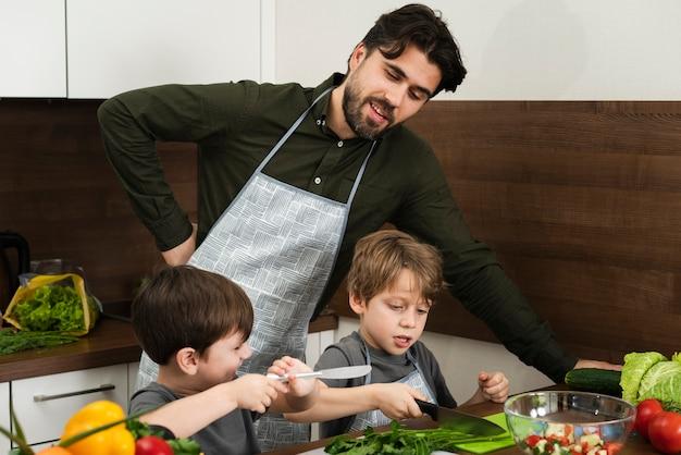 Pai de alto ângulo e filhos de cozinha Foto gratuita