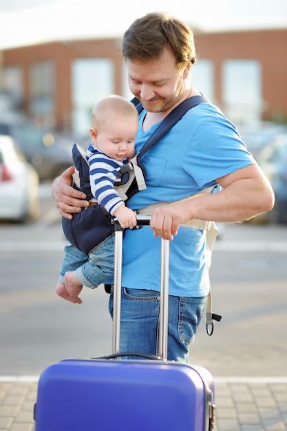 Pai de meia-idade com seu pequeno filho ao ar livre Foto Premium