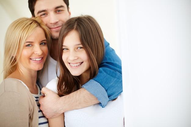Pai de sorriso que abraça sua filha Foto gratuita