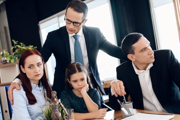 Pai decide quem será o guardião principal da menina Foto Premium