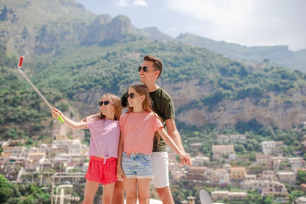 Pai, e, crianças, levando, selfie, foto, ligado, positano, cidade, em, itali, ligado, amalfi costeiam Foto Premium