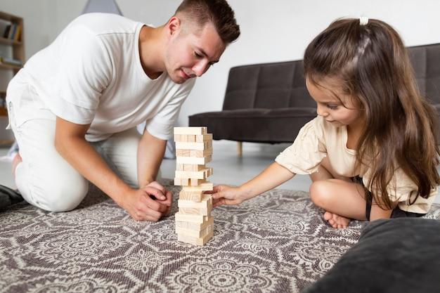 Pai e filha jogando juntos Foto gratuita