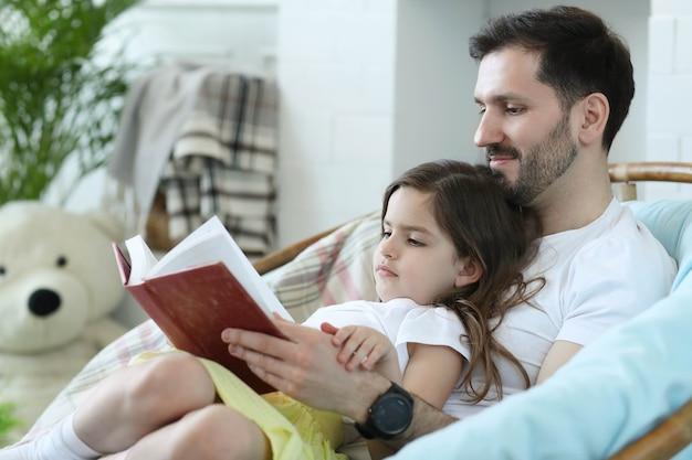 Pai e filha juntos em casa Foto gratuita