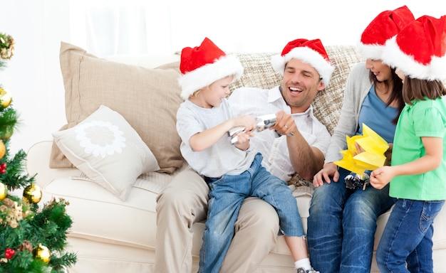 Pai e filho brincando com um biscoito no sofá Foto Premium