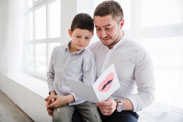 Pai e filho brincando juntos no dia dos pais Foto gratuita