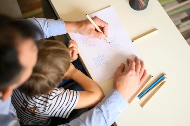 Pai e filho brincando Foto gratuita