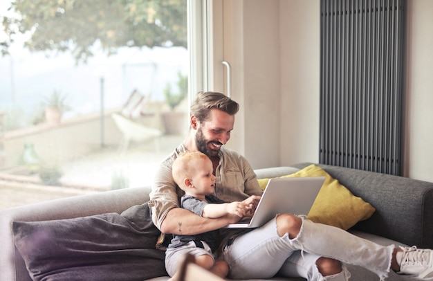Pai e filho com laptop Foto Premium