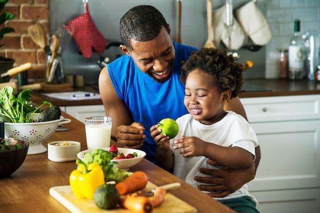 Pai e filho cozinhar juntos Foto Premium