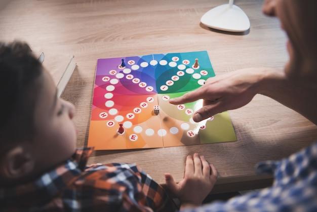 Pai e filho estão jogando o jogo de tabuleiro em casa. Foto Premium