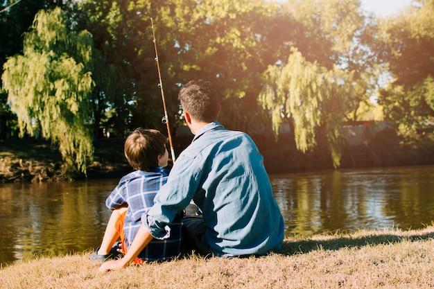 Pai e filho feliz no dia dos pais Foto gratuita
