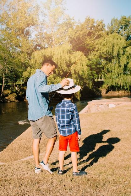 Pai e filho juntos ao ar livre Foto gratuita