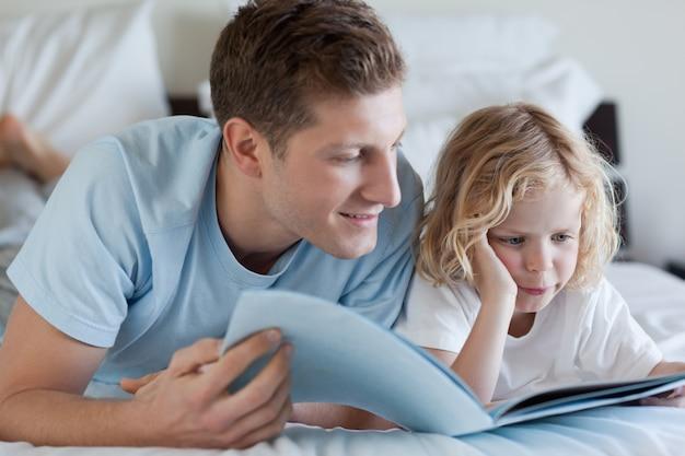 Pai e filho lendo uma revista   Foto Premium