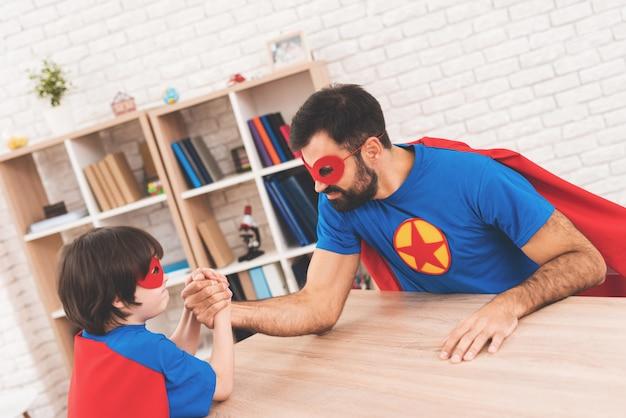 Pai e filho medem sua força. Foto Premium