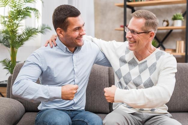 Pai e filho olhando um ao outro Foto gratuita
