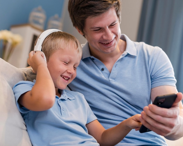 Pai e filho ouvindo musica juntos Foto gratuita