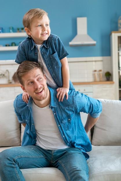 Pai e filho vestindo roupas semelhantes Foto gratuita