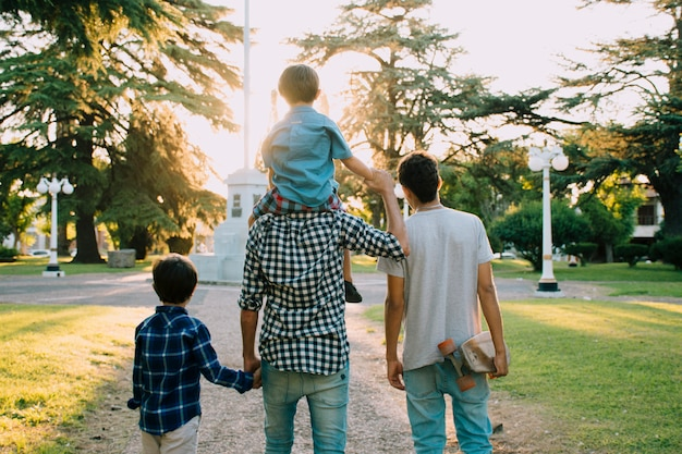 Pai e filhos felizes no dia dos pais Foto gratuita