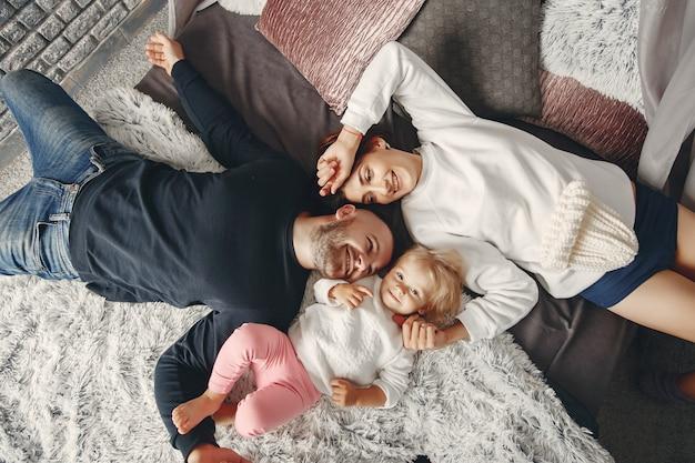 Pai e mãe com filha pequena Foto gratuita