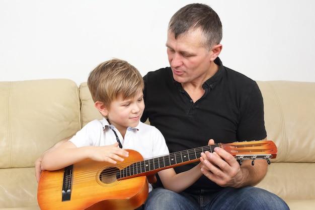 Pai ensina filho a tocar violão Foto Premium