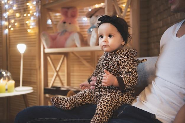 Pai está brincando com filho e filha bebê no sofá Foto Premium