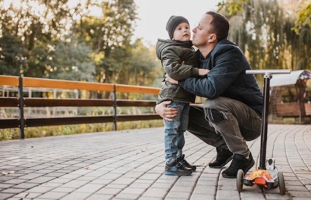 Pai está dando um beijo no filho Foto Premium